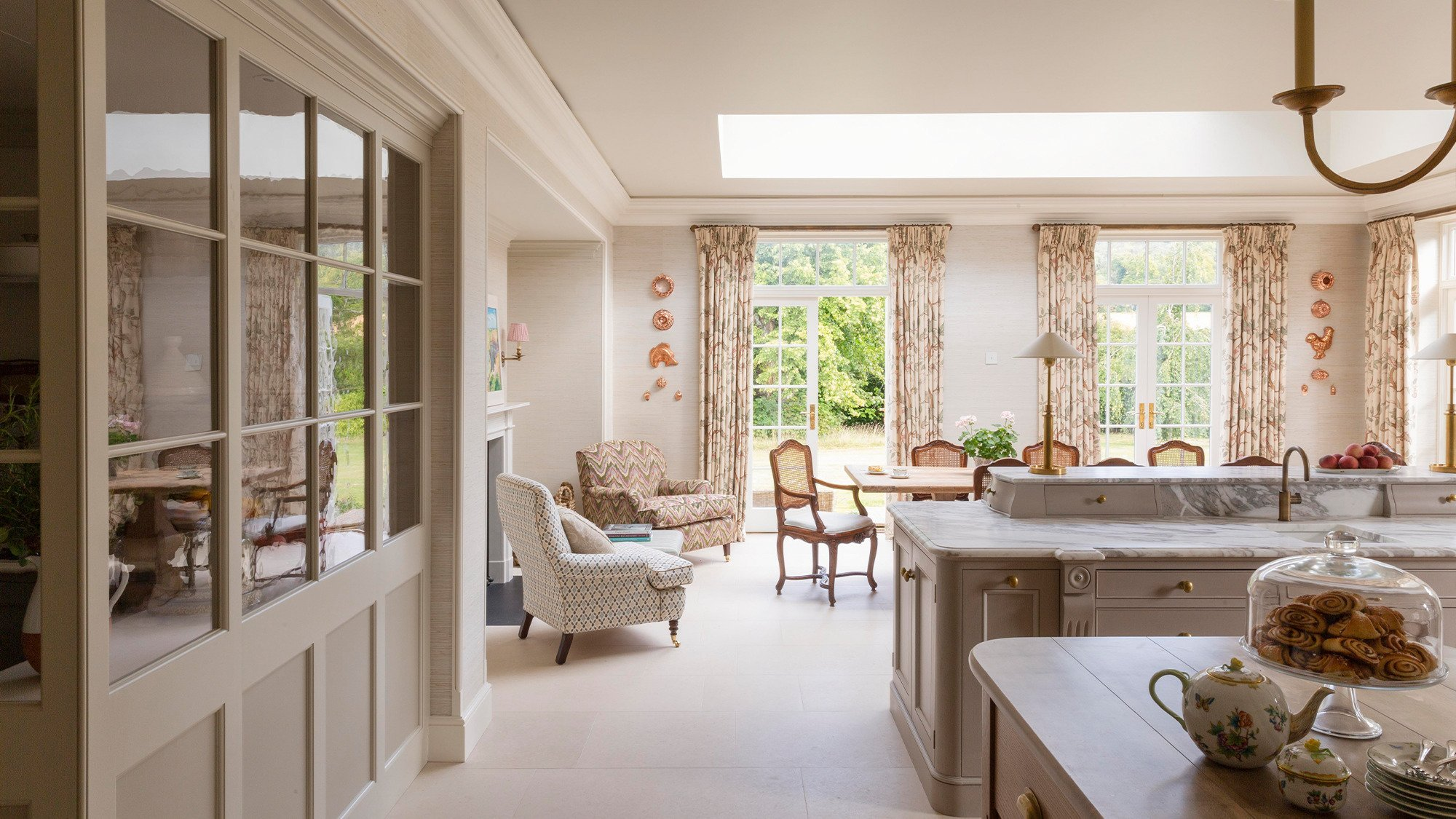 Classic English kitchen and breakfast area